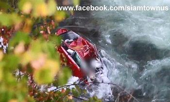 เผยภาพล่าสุด 2 นศ. ขับรถตกเหว พบขาโผล่นอกหน้าต่างรถ หลังน้ำเริ่มลด