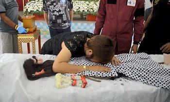 ทำพิธีเชิญวิญญาณ 'น้องพลอย' งานศพสุดเศร้า แม่ร่ำไห้ แต่งตัวให้ลูกเป็นครั้งสุดท้าย