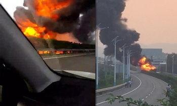 รถบรรทุกน้ำมันไฟไหม้กลางทางด่วนที่จีน หลังชนกัน 4 คันรวด