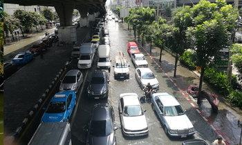 น้ำท่วมกรุงเทพ ผ่านครึ่งวันคลี่คลายช้าๆ รถติดสะสมหลายพื้นที่