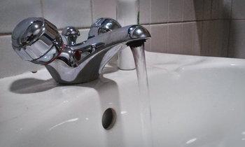หนุ่มพิลึกเปิดน้ำทิ้งไว้เป็นปี กว่า 7 ล้านลิตร ค่าน้ำพุ่งเป็นแสน