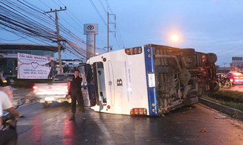 รถบัสคณะแพทย์คว่ำ เจ็บ 3 กู้ภัยฯ รุดไปช่วยโดนกระบะชนเจ็บซ้ำ