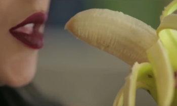 เอ็มวีพาไป นักร้องสาวอียิปต์ติดคุก 2 ปีเหตุกินกล้วยออกทีวี