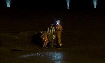 3 สาวจีนเมาได้เรื่อง เดินเล่นริมแม่น้ำ ติดโคลนดูดลึกถึงเอว