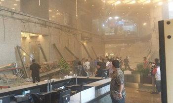 ตึกตลาดหุ้นอินโดฯ พื้นทรุดถล่มไม่ทราบสาเหตุ ผู้คนหนีตายชุลมุน