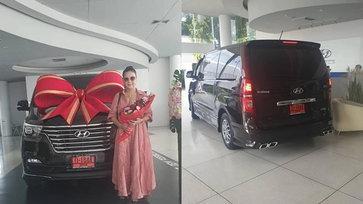 """""""ศิริพร อำไพพงษ์"""" ซื้อรถตู้คันใหม่ป้ายแดง แฟนๆ แห่ซูมเลขทะเบียนรถ"""