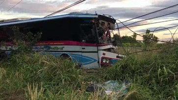 """""""รถบัสรับจ้าง"""" หลับใน เสียหลักลงข้างทางชนเสาไฟฟ้าหัก ส่งผลไฟดับยาวบางพื้นที่"""