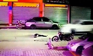 หนุ่มจีนเมานอนกลางถนน โดนรถทับดับคาที่