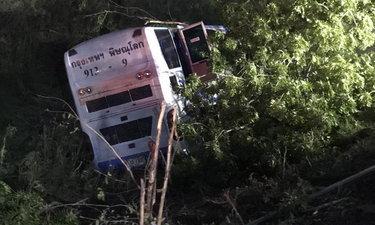 รถบัสชนท้ายรถสิบล้อขนเหล็ก บาดเจ็บ 28 ราย