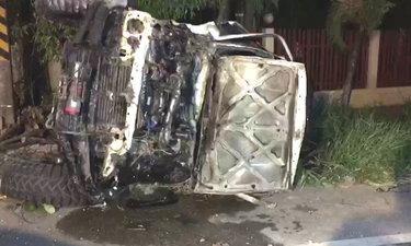 กระบะประสานงาพุ่งกระแทกเสา-สายไฟร่วงพันรอบตัวรถ ส่วนคนขับหวิดถูกไฟดูดตาย
