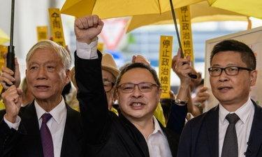 """3 แกนนำ """"ปฏิวัติร่ม"""" ฮ่องกงขึ้นศาล สู้คดีปิดถนนประท้วง"""