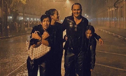ครอบครัววงษ์กระจ่างฝ่าสายฝน ถวายพวงมาลัยในหลวง ร.9