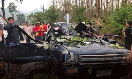 ระทึก! พายุฤดูร้อนพัดต้นไม้ใหญ่ล้มทับรถยนต์ ชาวบ้านบาดเจ็บ 4 ราย ที่ อ.แม่แตง