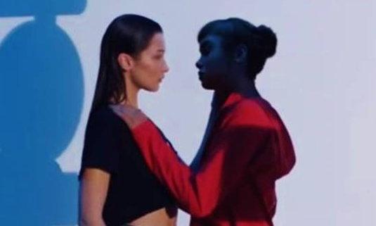 """แบรนด์ดังขอโทษชาวโลก หลังปล่อยโฆษณา """"จูบ"""" รักร่วมเพศทั่วโซเชียล"""