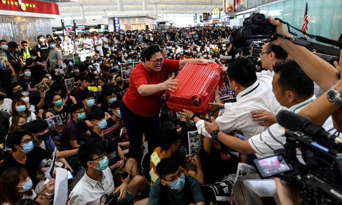 ด่วน! สนามบินฮ่องกงประกาศยกเลิกทุกเที่ยวบินอีกครั้ง หลังกลุ่มผู้ชุมนุมขวางจุดเช็คอิน