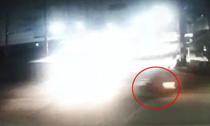 คลิปนาทีชีวิตสาวดวงถึงฆาต ขี่มอเตอร์ไซค์พุ่งออกจากซอยชนรถบรรทุก 6 ล้อ ดับคาที่