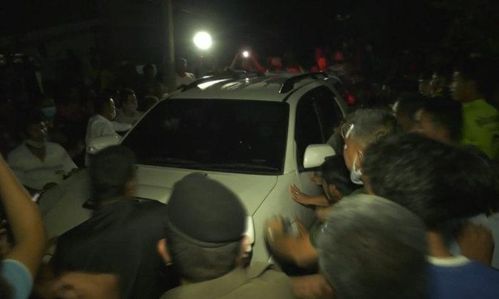 สั่งเด้ง 3 ตำรวจเซ่นปมรีดเงินพ่อค้าลูกหอยแครง 5 ล้าน เจอชาวบ้านลุกฮือล้อมรถ
