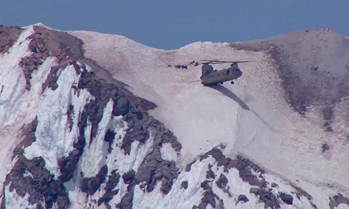 หวาดเสียว! นักบินใช้ท้าย ฮ. แตะภูเขา ช่วยนักปีนเขาคิดฆ่าตัวตาย