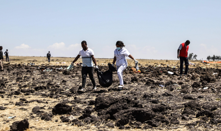 หน่วยกู้ภัยเก็บศพบรรจุถุงท่ามกลางซากจากเครื่องบินโดยสารที่กระจัดกระจาย บริเวณจุดตก เมื่อวันที่ 10 มีนาคม 2562 / AFP