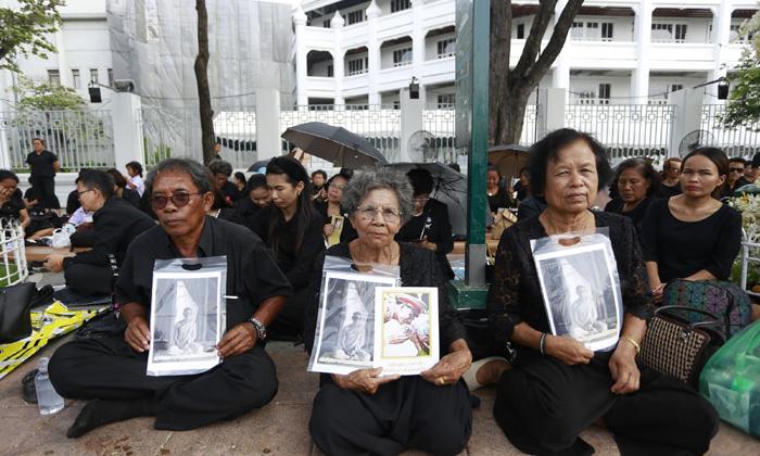 """""""ยังทำใจไม่ได้"""" ความในใจวันสุดท้าย ที่ชาวไทยส่งไปถึงพ่อหลวง"""