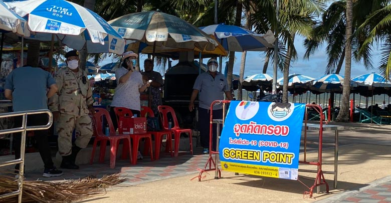 หาดบางเเสน คึกคัก นักท่องเที่ยว สวมหน้ากากนั่งริมหาด