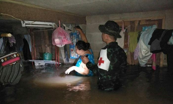 """ฝนถล่ม """"แม่สาย"""" น้ำป่าดอยนางนอนไหลทะลักท่วม 500 หลังคาเรือน"""
