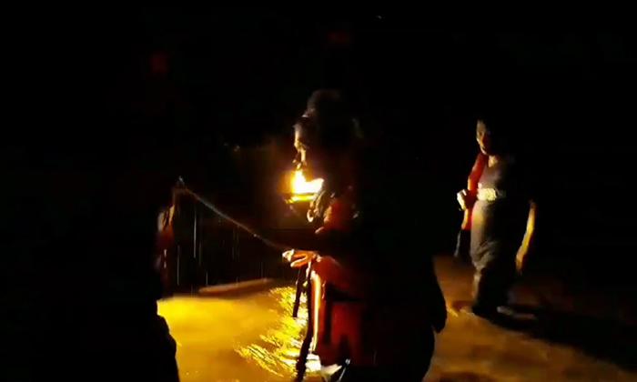 นาทีชีวิต! ทหารช่วยหญิงท้องแก่-ชาวบ้าน 8 คน ถูกน้ำป่าพัดติดเสาไฟ