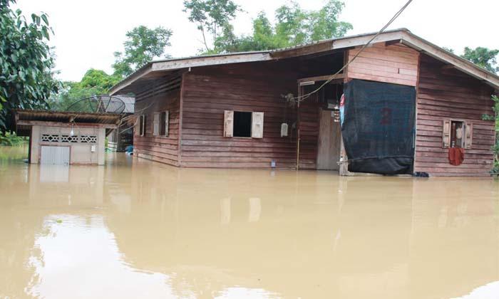 """""""พัทลุง"""" ยังน่าห่วง น้ำท่วมหนักหลายตำบล บางแห่งน้ำสูง 2 เมตร"""