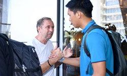 """ขอให้โชคดี! """"ราเยวัช"""" ลงมาส่ง """"แข้งทีมชาติไทย"""" ย้ายเมืองเตะนัดสอง (คลิป)"""