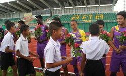 แฟนบอล สตูล ยูไนเต็ด นับร้อย แห่มอบ ดอกไม้ปลอบใจนักเตะ กรณีเหตุกองเชียร์รุมตื้บเชิ้ตดำ