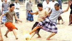 ฟุตบอล : เด็กอินโดฯโหดใช้เท้าเปล่าเล่นบอลไฟ+คลิป