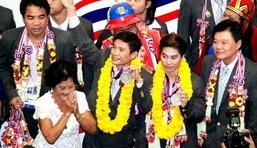 ฮีโร่แก้วถึงไทยแล้ว แฟนกีฬาแห่ต้อนรับแน่นสนามบิน