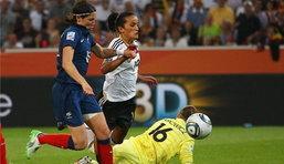สาวเบียร์ถลุงตราไก่10คน4-2ฉลุย8ทีมบอลหญิงโลก