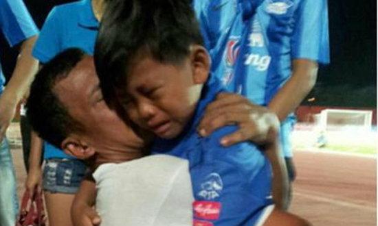 มุมดีๆ แฟนฉลามขอบคุณแฟนบอลราชบุรี ช่วยหาลูกที่พลัดหลง