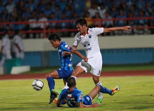 บุรีรัมย์ บุกถล่ม ชลบุรี 4-1 จี้ 1 แต้มไทยลีก
