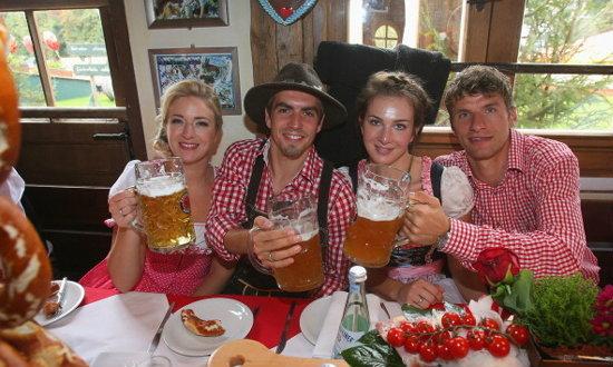 """ว้าวๆ แข้ง """"เสือใต้"""" ควงเมียประชันโฉมเทศกาลเบียร์"""