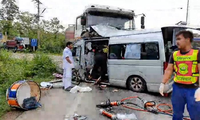 """ลูกหนังไทยเศร้า! """"รถตู้แฟนบอลท่าเรือ"""" ประสบอุบัติเหตุเสียชีวิต 5 ราย (คลิป)"""