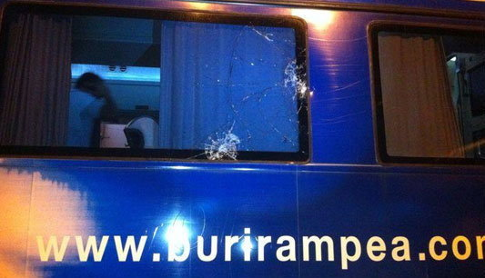 คลิปเหตุการณ์แฟนบอลชลบุรีปาของใส่รถทีมบุรีรัมย์