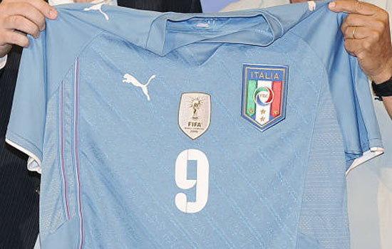 อิตาลีโชว์ชุดแข่งรำลึก ปอซโซ ในศึกคอนเฟดฯ