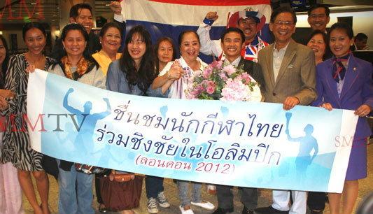 แก้วถึงไทยแฟนแห่รับเยี่ยงวีรบุรุษ