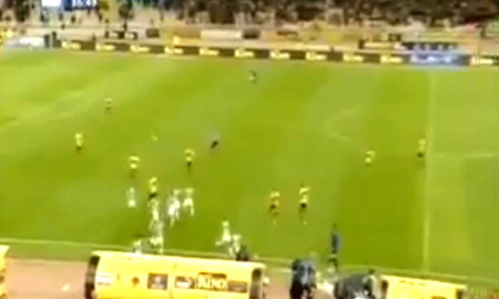 โหดแท้! แฟนบอลเออีเค เอเธนส์ วิ่งไล่กระทืบนักเตะคาสนาม