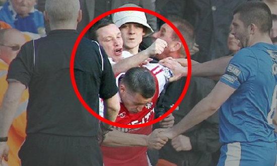 บอลอังกฤษระอุรายสัปดาห์ แฟนบอลบุกต่อยนักเตะในสนามลีกบลู สแควร์ (ชมคลิป)