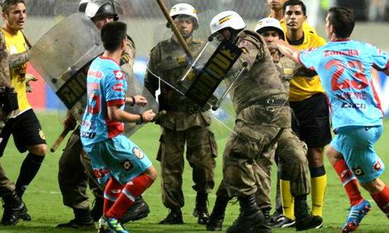 ตีกันยับ! ผู้เล่นอาร์เซนอลฮึดสู้ตำรวจศึกโคปา ลิเบอร์ตาดอเรส