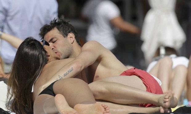 แอบส่องแข้งซุป'ตาร์ริมหาดกับแฟนสาวสุดเซ็กซี่