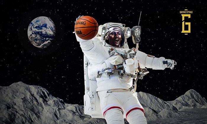 """คิดตามหลักฟิสิกส์ : จะเกิดอะไรขึ้นถ้า """"ไมเคิล จอร์แดน"""" ไปกระโดดบนดวงจันทร์?"""