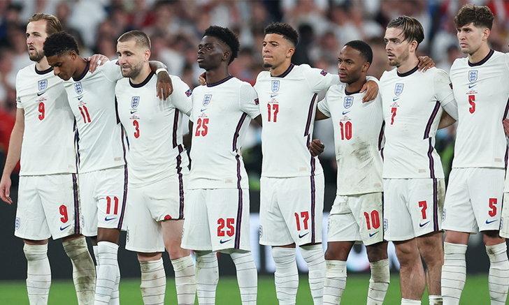 FA ประณามพวกเหยียดผิว หลังมี 3 เเข้งตกเป็นเป้า