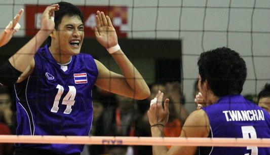 ตะลึง! แฟนอิเหนา รุมฉกเสื้อทีมไทย หน้าสนามแข่ง