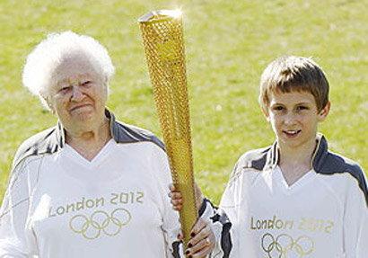 คุณทวดวัย99ร่วมวิ่งฉลองคบเพลิงโอลิมปิก