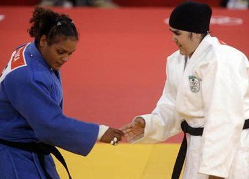 นักกีฬาหญิงคนแรกของซาอุฯ ลงสนามแล้ว