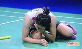 """แฟนกีฬาชาวไทยแห่แชร์ภาพ """"น้องเมย์"""" ร่ำไห้มองฟ้า-ก้มกราบพื้นหลังคว้าแชมป์ (อัลบั้ม)"""